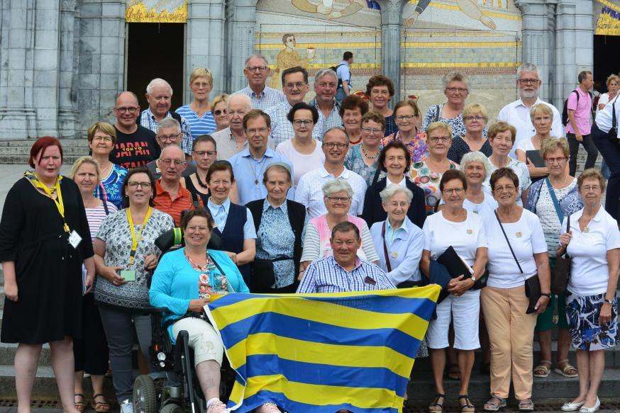 Hilda Defossez met een grote groep uit Diksmuide in Lourdes. © Bernadette Ryckewaert