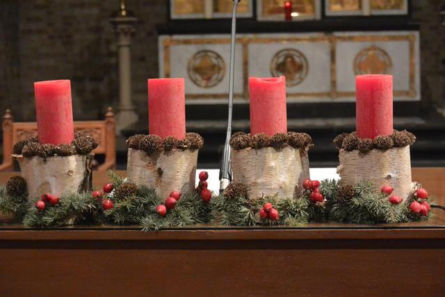 Kerst- en adventsversiering kerk Beerst