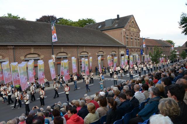 De vlaggengroep voor vijftig jaar bisdom Hasselt laat na de Kroningsfeesten ook tijdens de Virga Jessefeesten het pelgrimslied 'Geen dolers, maar pelgrims' weerklinken.  © Jef Moermans