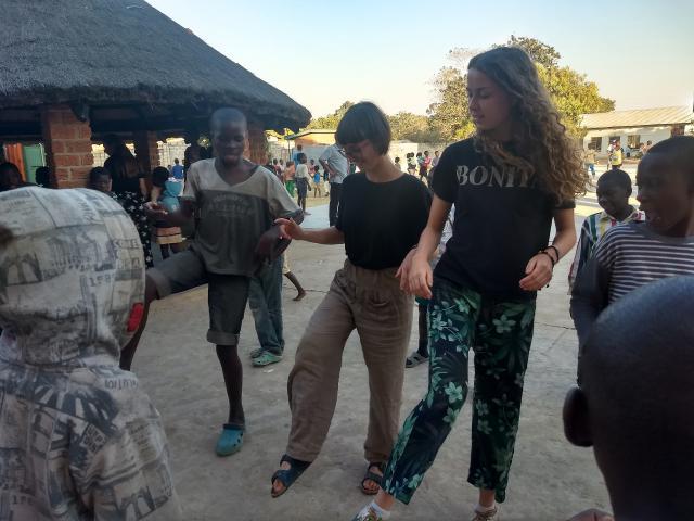 Inleefproject Zambia: dansen. © Team Zambia