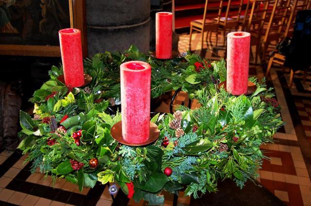 De verwachting van Kerstmis wordt zichtbaar met een adventskrans in onze kerk en woonkamer. © Parochie Lissewege