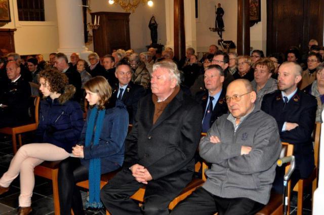 De aanwezigen, samen met de revaliderende pastoor André Bauters © (c)Marcel De Bolle