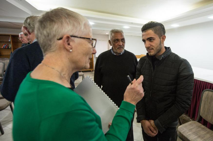 Marie Dennis van Pax Christi Internationaal in gesprek met Arabische christenen © Pax Christi International