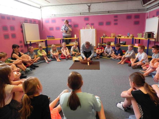 Robert Lammertijn en Greet Desmet begeleiden maandelijks de kinderen. © Robert Lammertijn