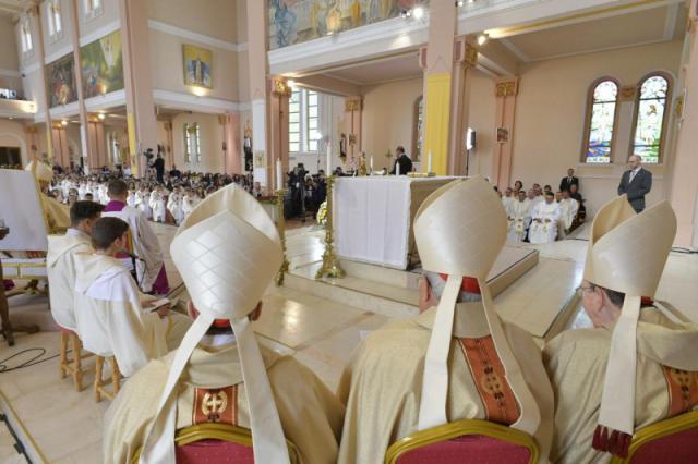 De paus gaf de eerste communie aan aan 245 communicanten  © Vatican Media