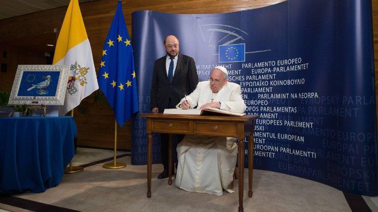 Paus Franciscus (met Martin Schulz) tijdens zijn bezoek aan het EP op 24 november 2014 © Vatican Media