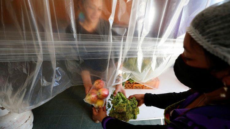 Een vrijwilliger bezorgt een voedselpakket in Valparaiso, Chili ©  VaticanNews