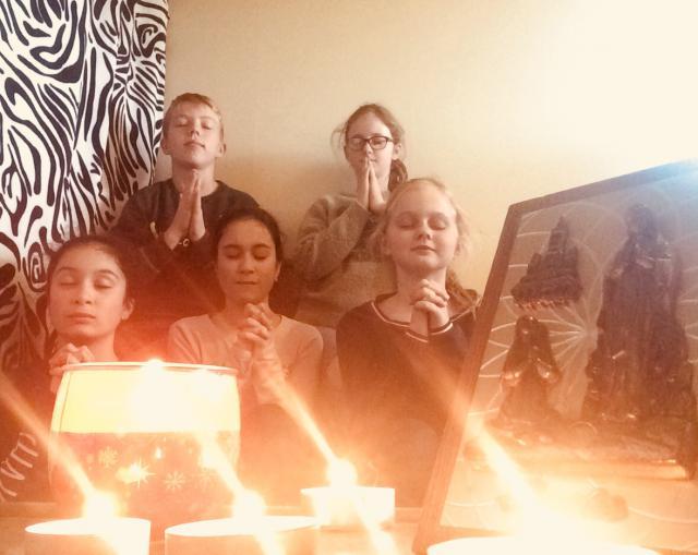 We bidden samen © Rianne en Merel