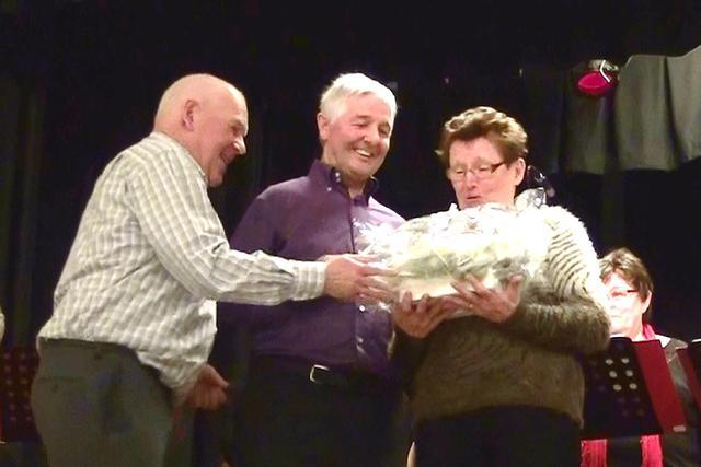 Bloemen voor medevoorzitter Dirk Deloddere en zijn echtgenote Rita Bekaert