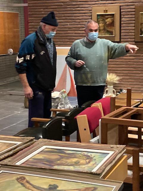 Pater Willy en pastoor Dirk overleggen wat eerst in de vrachtwagen moet geladen worden.  © Kerk in Zwevegem / Communicatie / Kappaertkerk