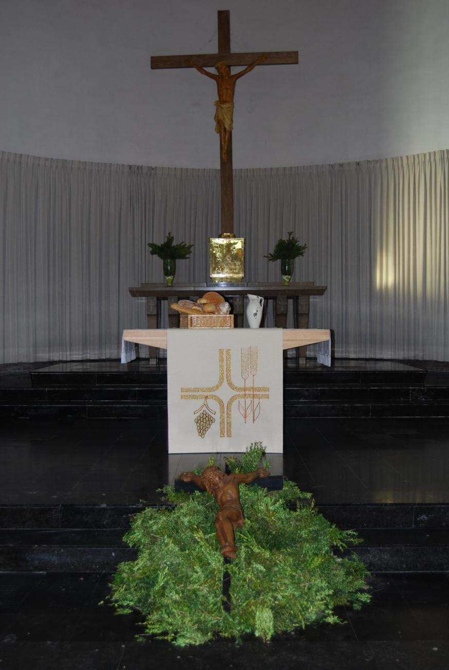 Brood en wijn op het altaar in de Heilige Maria Bernardakerk. Zéér veel dank aan bakker Geert en Kathy Demeulemeester – Sioen voor het brood!  © D.D.