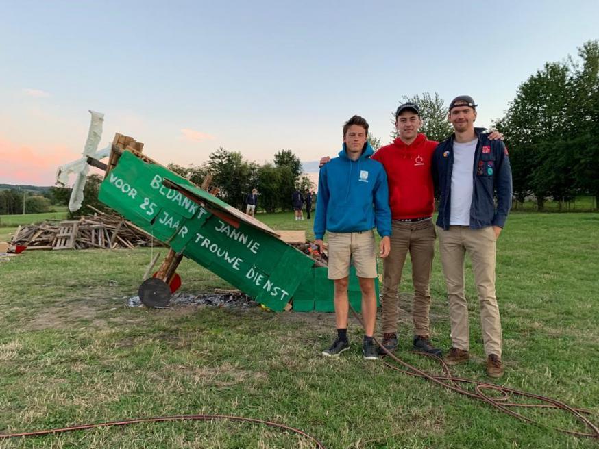 Cédric Castel, Emile Arnout en Pieter-Jan Dessein poseren trots naast het 'kampvuurvliegtuig' tijdens het zomerkamp 2020.  © Kerk in Zwevegem / Team / Pieter-Jan