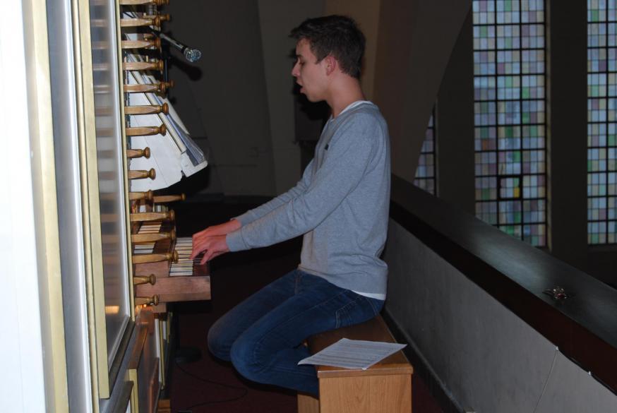 Organist Pavell zong de longen uit zijn lijf tijdens het 'Eer aan God' terwijl de feestklokken zich voor de laatste keer lieten horen.  © D.D.