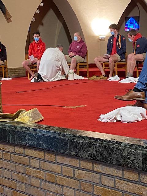 Pastoor Dirk waste de voeten van de jongeren.  © D.D.