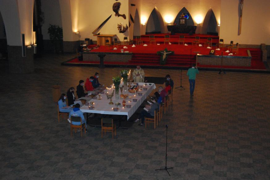 Het Laatste Avondmaal werd herdacht aan een grote tafel in een lege Sint-Amanduskerk. Indrukwekkend!  © D.D.