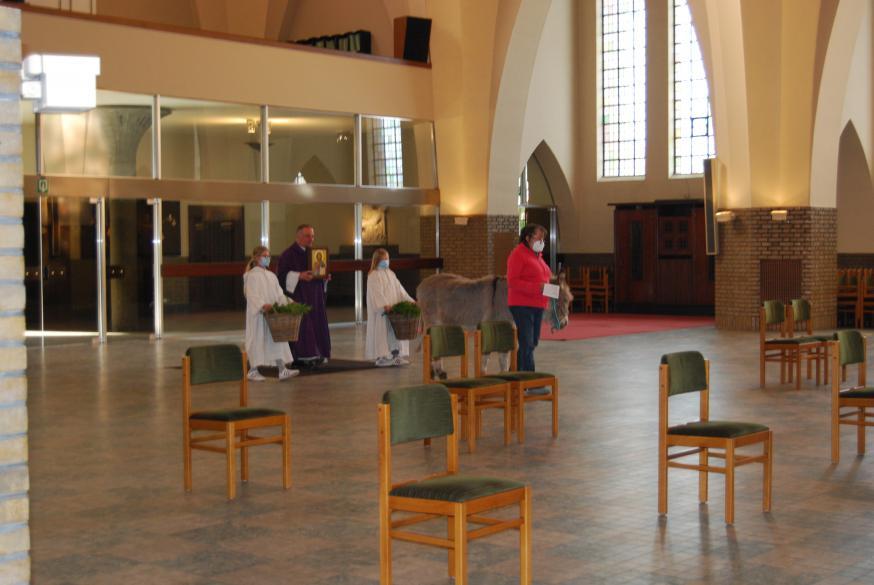 De blijde intrede © Kerk in Zwevegem / Communicatie / Palmzondag 2021