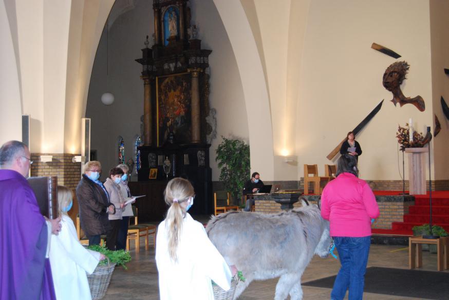 En de aanwezige gelovigen zagen dat het goed was.  © Kerk in Zwevegem / Communicatie / Palmzondag 2021