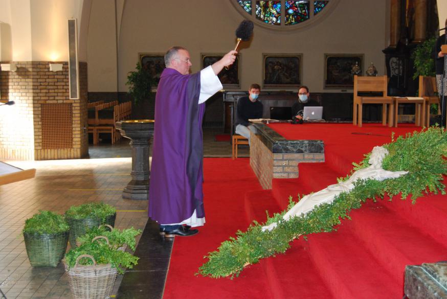 De palmtakken die het kruis sieren werden gezegend.  © Kerk in Zwevegem / Communicatie / Palmzondag 2021