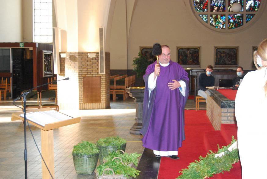 Pastoor Dirk zegende de palmtakken.  © Kerk in Zwevegem / Communicatie / Palmzondag 2021