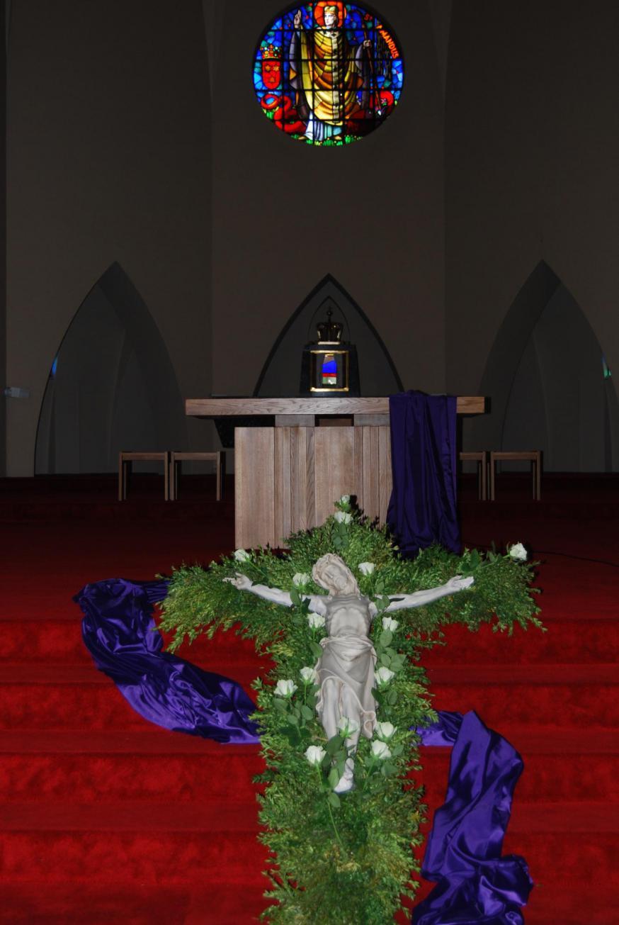 Ook in de Sint-Amanduskerk werd om 15 uur het kruis van Jezus vereerd met witte rozen en 's avonds werd de kruisweg biddend overwogen.  © D.D.