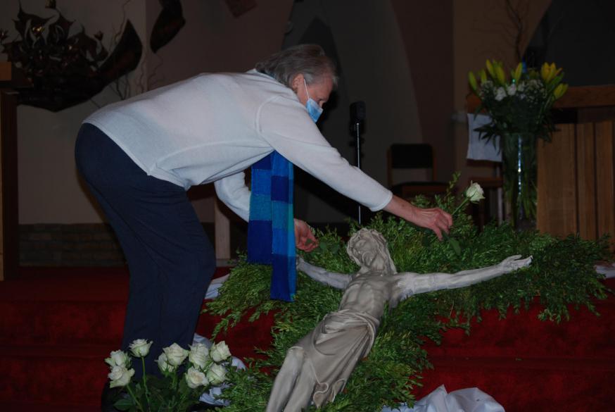 Bloemenmeisje Liliane Dekimpe legt de laatste hand aan de paasdecoratie.  © D.D.