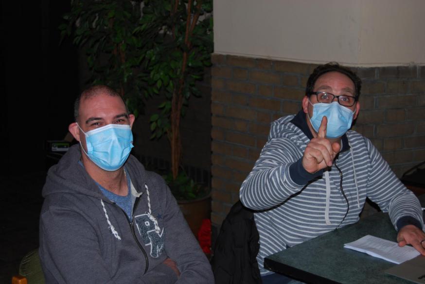 Alles onder controle! Technici Stijn Daenens en Kristof Callewaert zijn helemaal klaar om de paaswake, net zoals alle andere vieringen tijdens de Goede Week, te livestreamen.  © D.D.