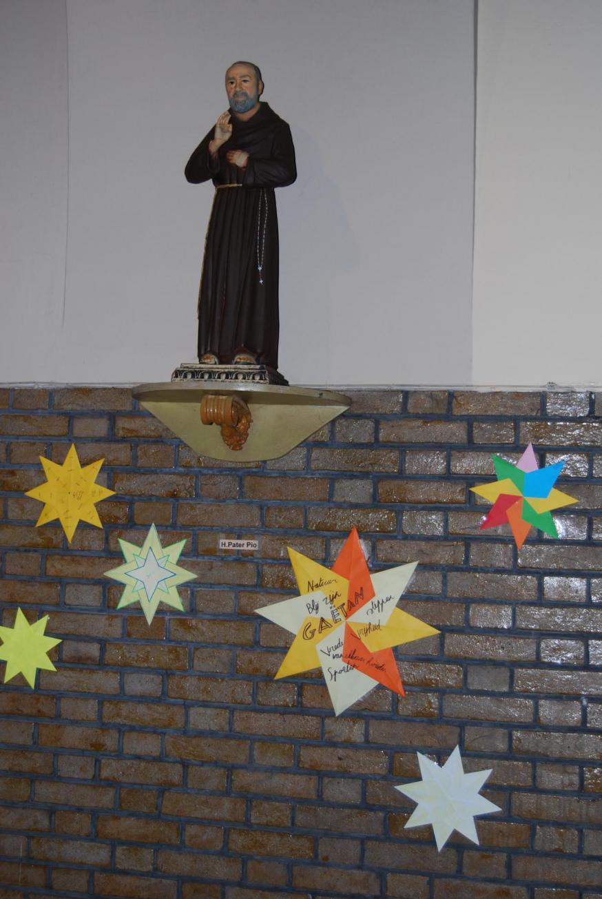 Ondertussen hebben onze vormelingen de heiligen gehuld in een prachtige sterrenhemel, van Sint-Rochus voorbij de Heilige Barbara tot aan Maria! © Kerk in Zwevegem / Communicatie / Vormsel 20-21