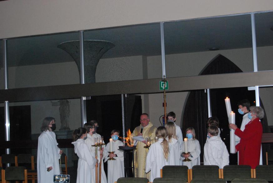Achteraan in de kerk werd het vuur gezegend en werden de paaskaarsen ontstoken.  © D.D.