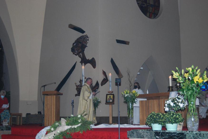 Jezus leeft! De paaskaarsen vertellen het. Nu nog wachten op Zijn Geest.  © D.D.