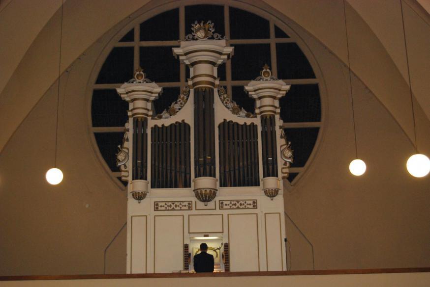 Terwijl alle klokken luidden deed organist Pavell de Sint-Amanduskerk op haar grondvesten daveren met prachtig orgelspel tijdens het 'Eer aan God'.  © D.D.