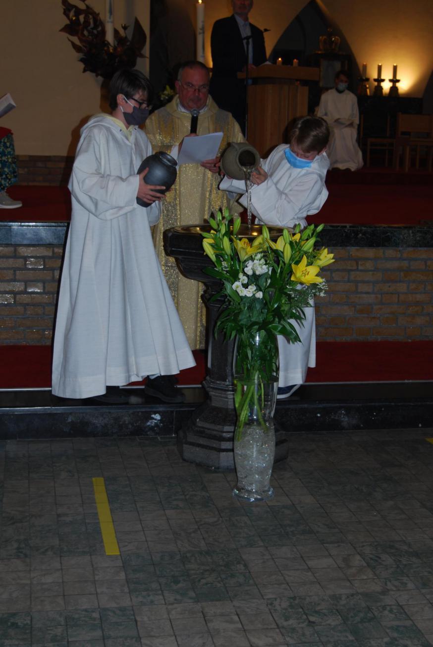 Samen met de andere misdienaars goten John en Ralph het frisse water in de doopvont voor het gezegend werd.  © D.D.
