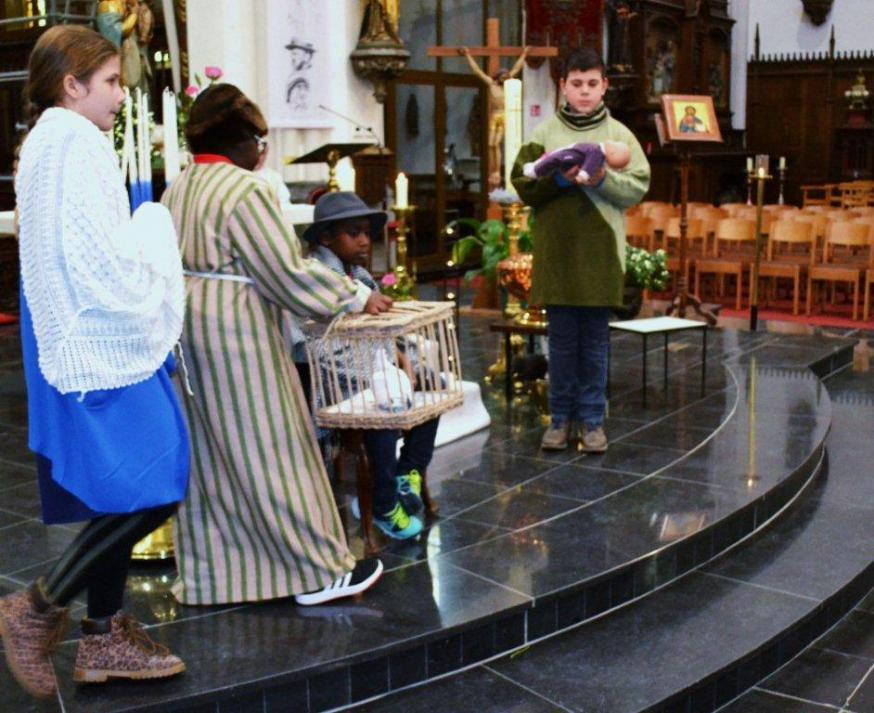 """Kinderen beeldden op een spontane wijze """"de opdracht van Jezus in de tempel"""" uit."""