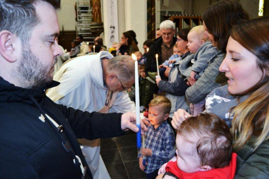De lichtmiskaarsen en de medailles werden gewijd en meegegeven aan de dopelingen. Mooie en zinvolle viering en een jaarlijkse traditie in onze kerk