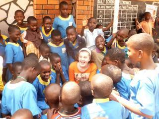 """Machteld leert de kinderen van de """"Saint Cecilia Primary School"""" in het nederlands tellen van 1 tot 20."""