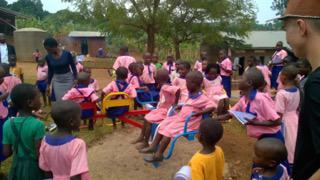 Het draaimolentje voor de Saint Kizito School dat we kochten met het ingezamelde geld.