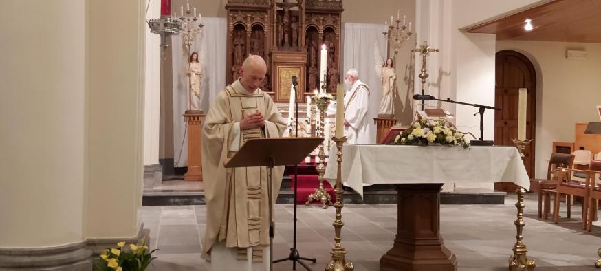 Alt-Hoeselt – Paaskaarsen van iedere parochie worden ontstoken door diaken Jos © S.Wouters