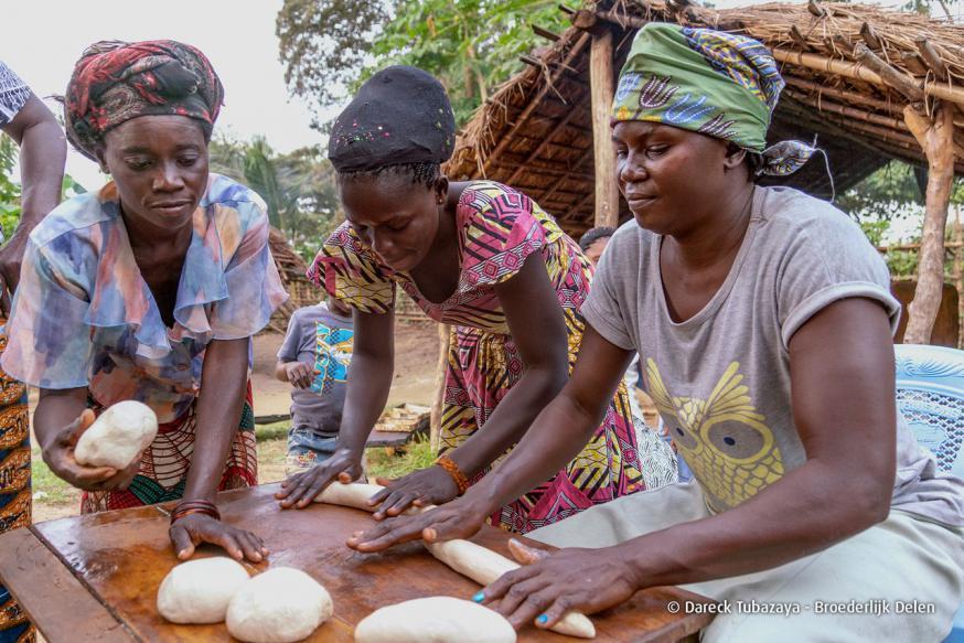 De vrouwen uit het dorp Sia in Congo bakken met de steun van Broederlijk Delen voortaan zelf brood. © Broederlijk Delen