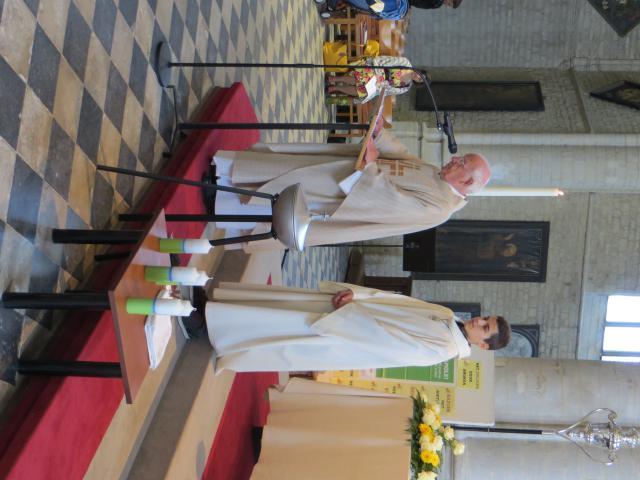 Vijf kinderen werden in de paasviering gedoopt. © Katrien