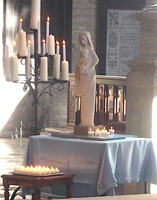 Zo brengen we eer aan Jezus en Maria en we bidden dat dit licht ons en onze gezinnen vrede en vreugde mag brengen. © L.J