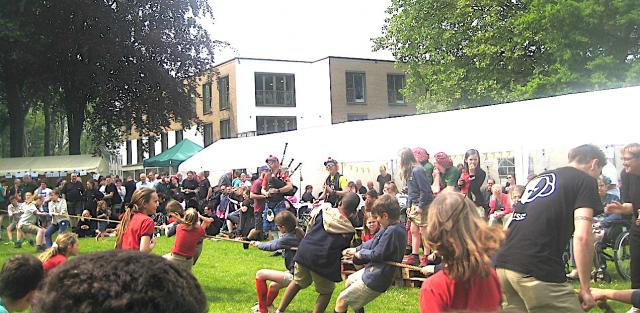 Kijken of met je clan meedoen aan de Spelen. Zorgen voor animatie en hapjes en drankje! Highland Games zij bieden het! © L.J.