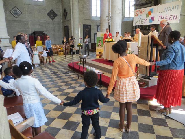 Samen rond het altaar voor het Onze Vader. © Katrien