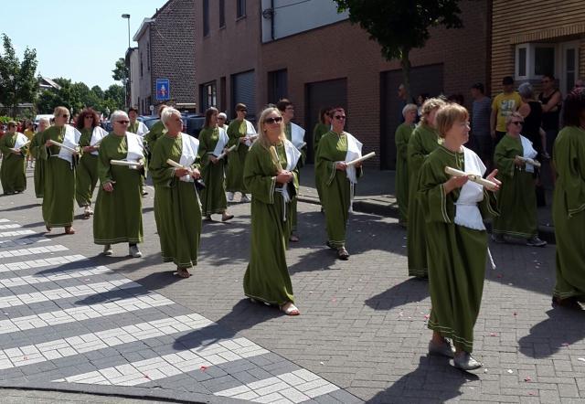 In de processie werden de delen van de Eucharistieviering uitgebeeld. Hier zie je de stralende Sanctusgroep © Lydia Van Buggenhout