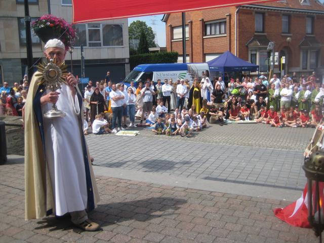 Op het einde van de processie dankte Piet Capoen de organisatie en de deelnemers die van de processie weer het hoogtepunt van Machelen kermis wisten te maken! De zegen met het H. Sacrament zette zijn woorden kracht bij: we moeten vrede- en vreugdebrengers