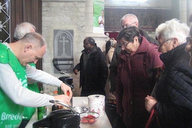 En na de viering vergastte KWB ons op de derde Koffiestop: ook zij zijn Broederlijk Delen en Guatemala genegen. Daarin deelden de kerkgangers graag. © L.J.
