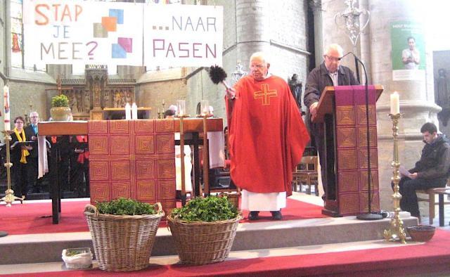 Pater Nand zegent de palmtakjes tot zegen van allen die Jezus' boodschap willen uitdragen.© L.J.