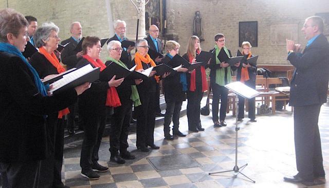 Het Cantimakoor gaf deze viering extra veel glans door het muzikaal opluisteren ervan met hemelse zang. © L.J.