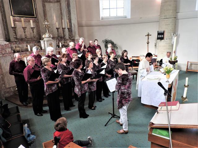 Het koor Meerdaal Vocaal op de paaszondagviering in Blanden © H.H.