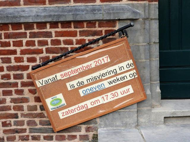 Het bericht dat uithangt aan de kerk van HAASRODE © H.H.