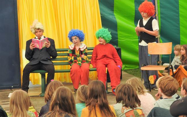 Clowns mogen niet ontbreken en ook met Donald Trump (links) werd de draak gestoken © H.H.