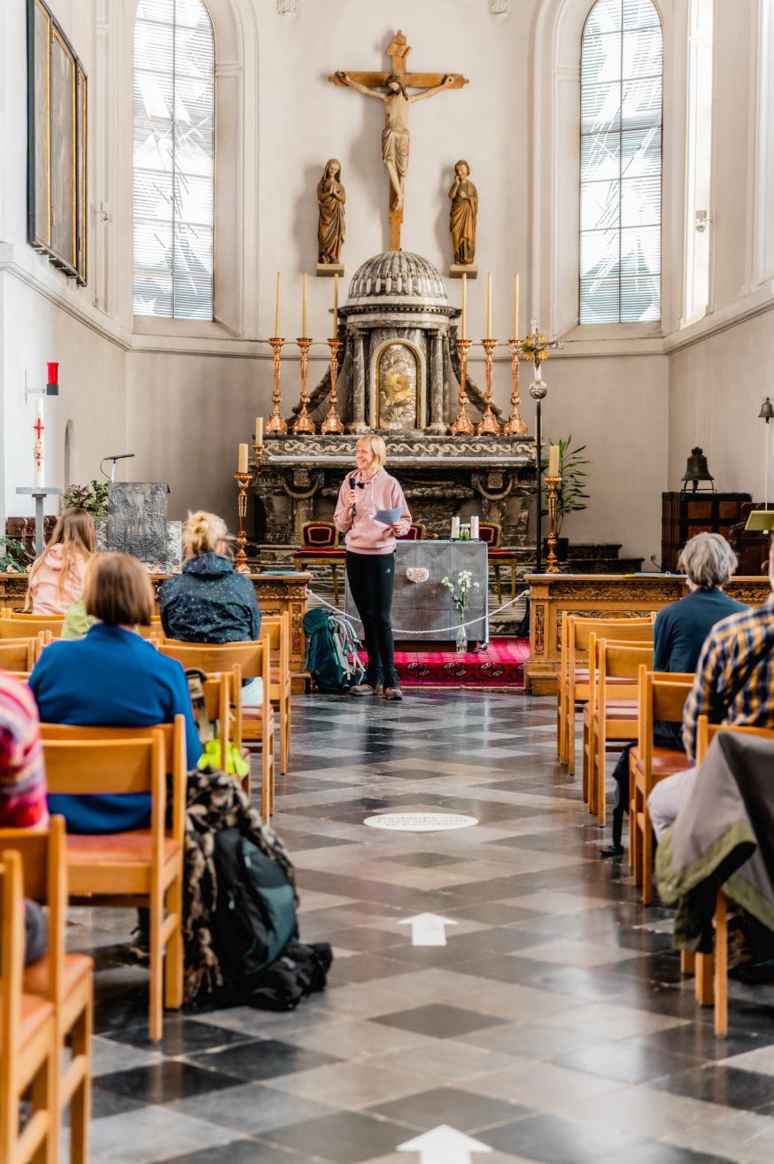 Bedevaart kaarsjesliefde: getuigenis in de kerk © An Epic View